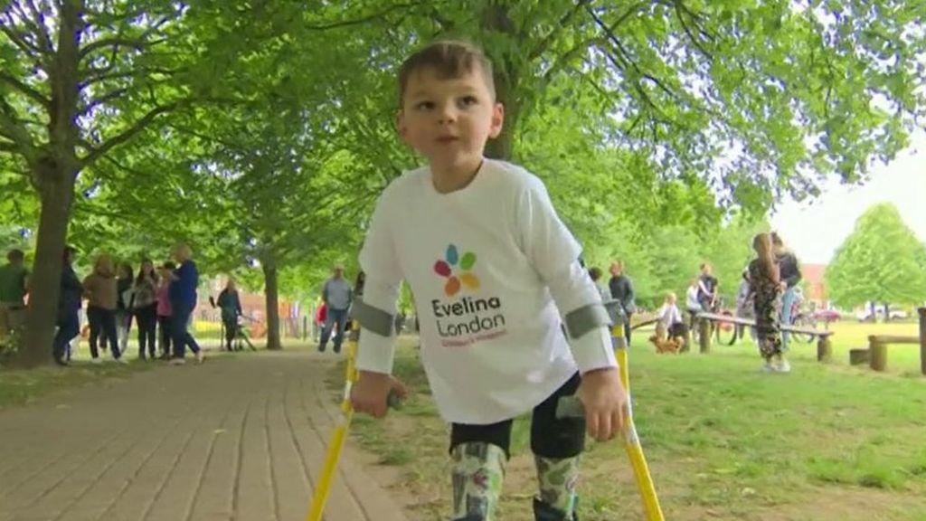 Tony Hudgell: Ο 5άχρονος που συγκέντρωσε 1.000.000 λίρες περπατώντας 10km με προσθετικά πόδια (vid)