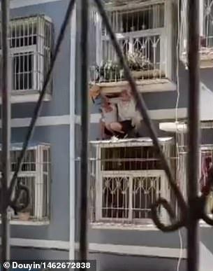Η στιγμή που γείτονες σώζουν αγόρι 2 ετών που κρεμόταν από κάγκελα τρίτου ορόφου (vid)