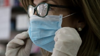 6 κόλπα για να μην θολώνουν τα γυαλιά όταν φοράμε μάσκα
