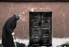 Ηλικιωμένη γυναίκα ζητάει βοήθεια