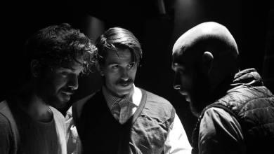 """ΟΙ ΕΚΤΕΛΕΣΤΕΣ"""" του Γιώργου Σκούρτη στο Θέατρο ΑΛΚΜΗΝΗ: Τρία αδέλφια, εγκλωβισμένα σε πρότυπα και ιδέες…σε μια κοινωνία που όλο φθίνει, σε ένα σύστημα"""