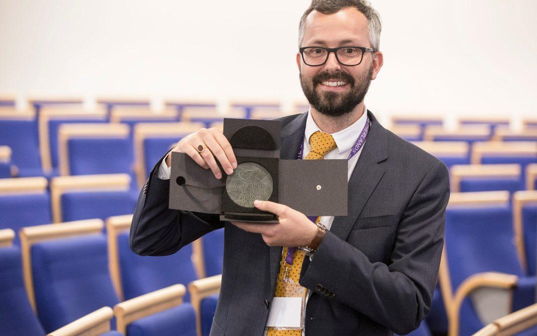 Maarten Hillebrandt ontvangt de Van Poeljeprijs 2017