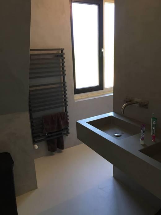 Een robuuste en stoere betonlook voor de volledige badkamer.