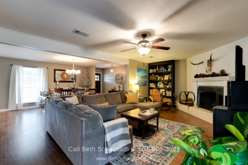 Hattiesburg MS Real Estate Properties for Sale - Entertain in style in the bright and airy living room of this Hattiesburg MS home for sale.