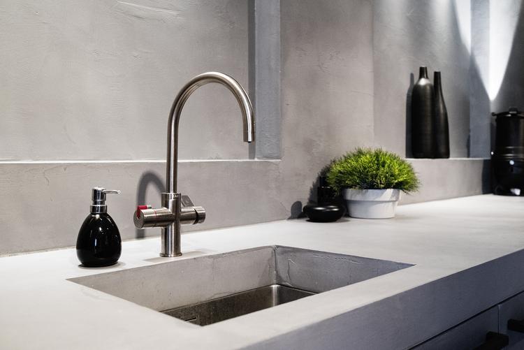 Beton floor beton cire bathroom wand and splish