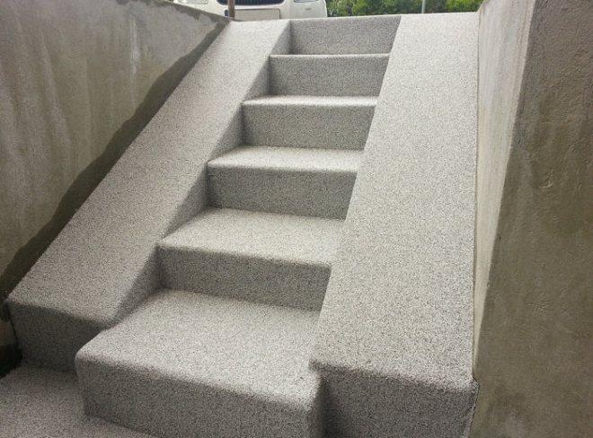 Renoverad betongtrappa på bostadsrättsförening i Stockholm