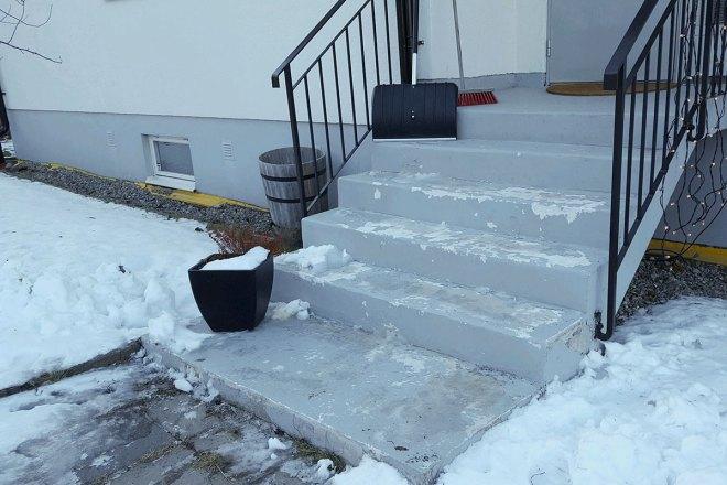 Målad betongtrappa i Tyresö där färgen har lossnat
