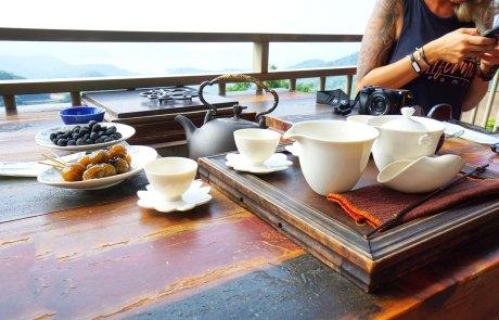 Teespezialitäten in Jiufen mit leckeren Beilagen