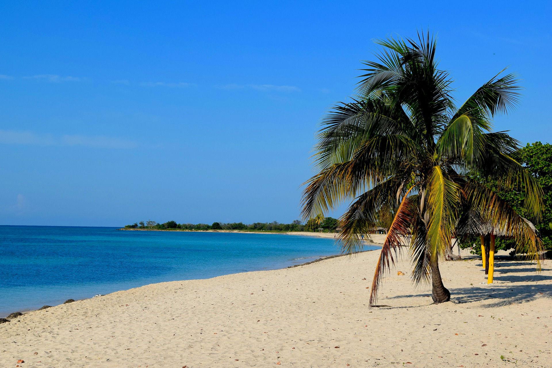 Weißer Sandstrand und Palmen auf Kuba