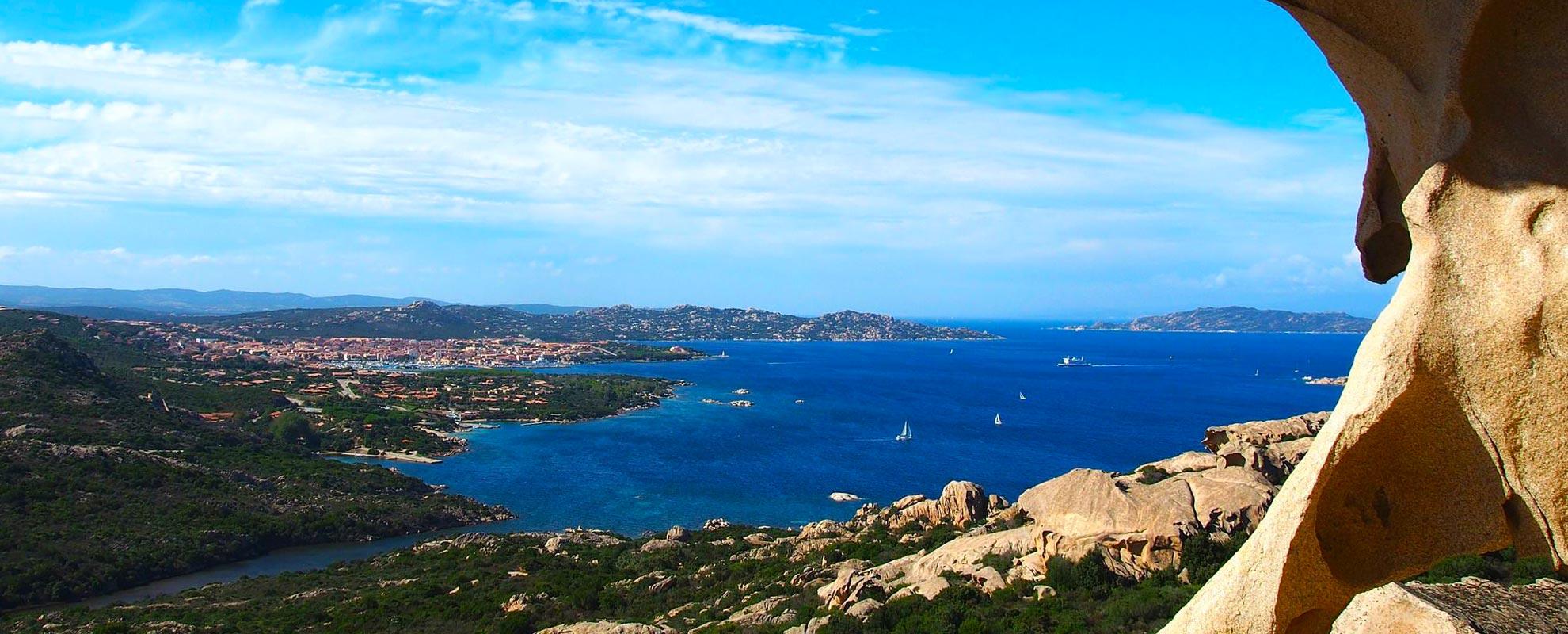 Aussicht auf Sardinien von einer Felsöffnung