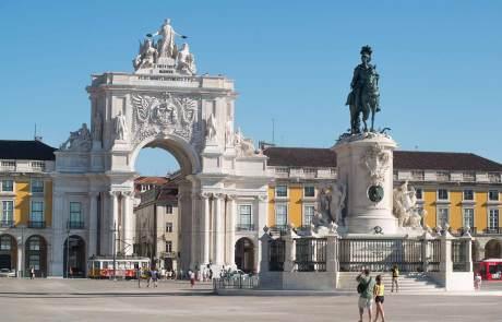 Die Praça do Comércio mit dem Triumphbogen Arco da Rua Augusta