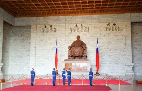 Chiang Kai-shek überwacht von seinem ewigen Thron aus die tägliche, zeremonielle Wachablöse.