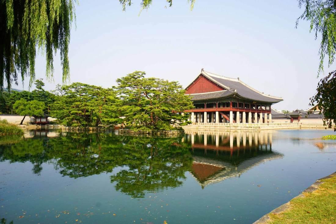 Wunderschöne Seeanlage im Gyeongbokgung Palast.