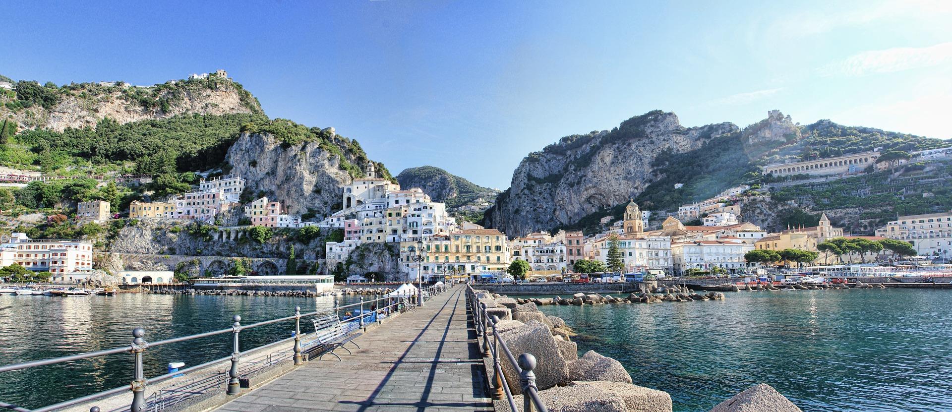 Genießen Sie diesen wunderschönen Anblick auf die italienische Stadt Amalfi