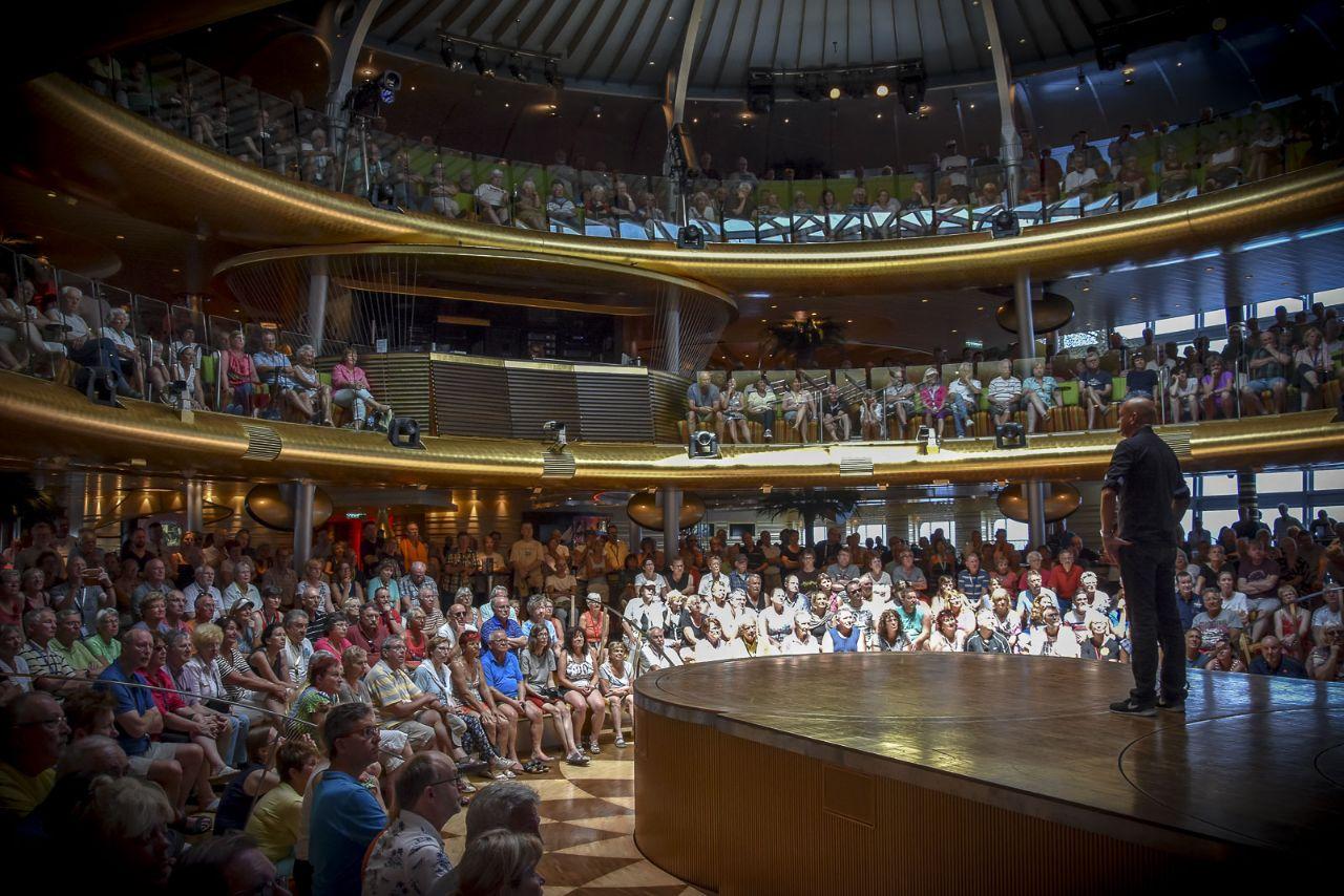 Kreuzfahrtlektor im Theatrium mit 1500 Zuschauern