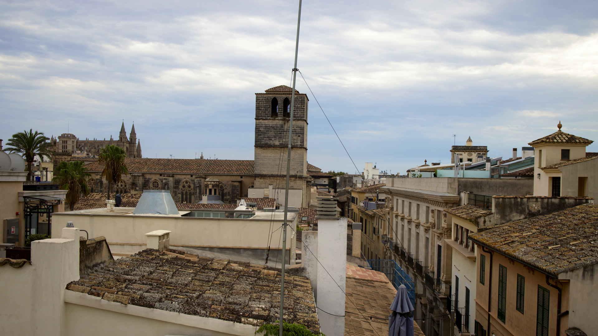 Palma, Dachterrasse mit Blick auf die Kathedrale