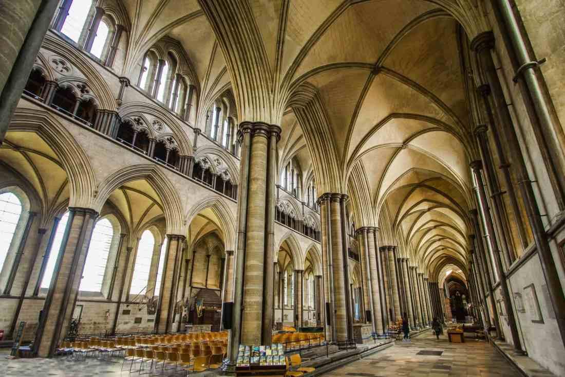 Die Säulen und Bögen der Westminster-Abbey in London