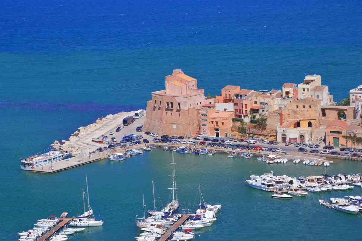 Hafen von Cefalu in Sizilien