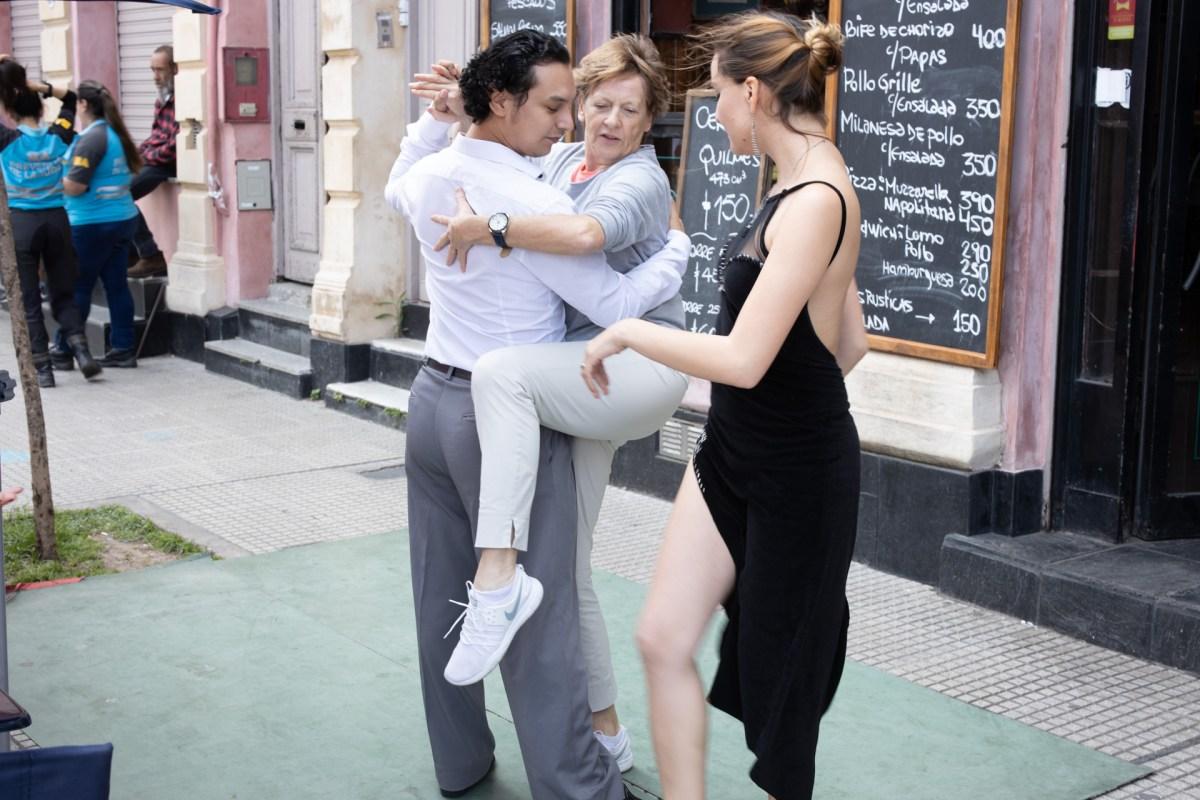 Tanz Unterricht vor einem Café