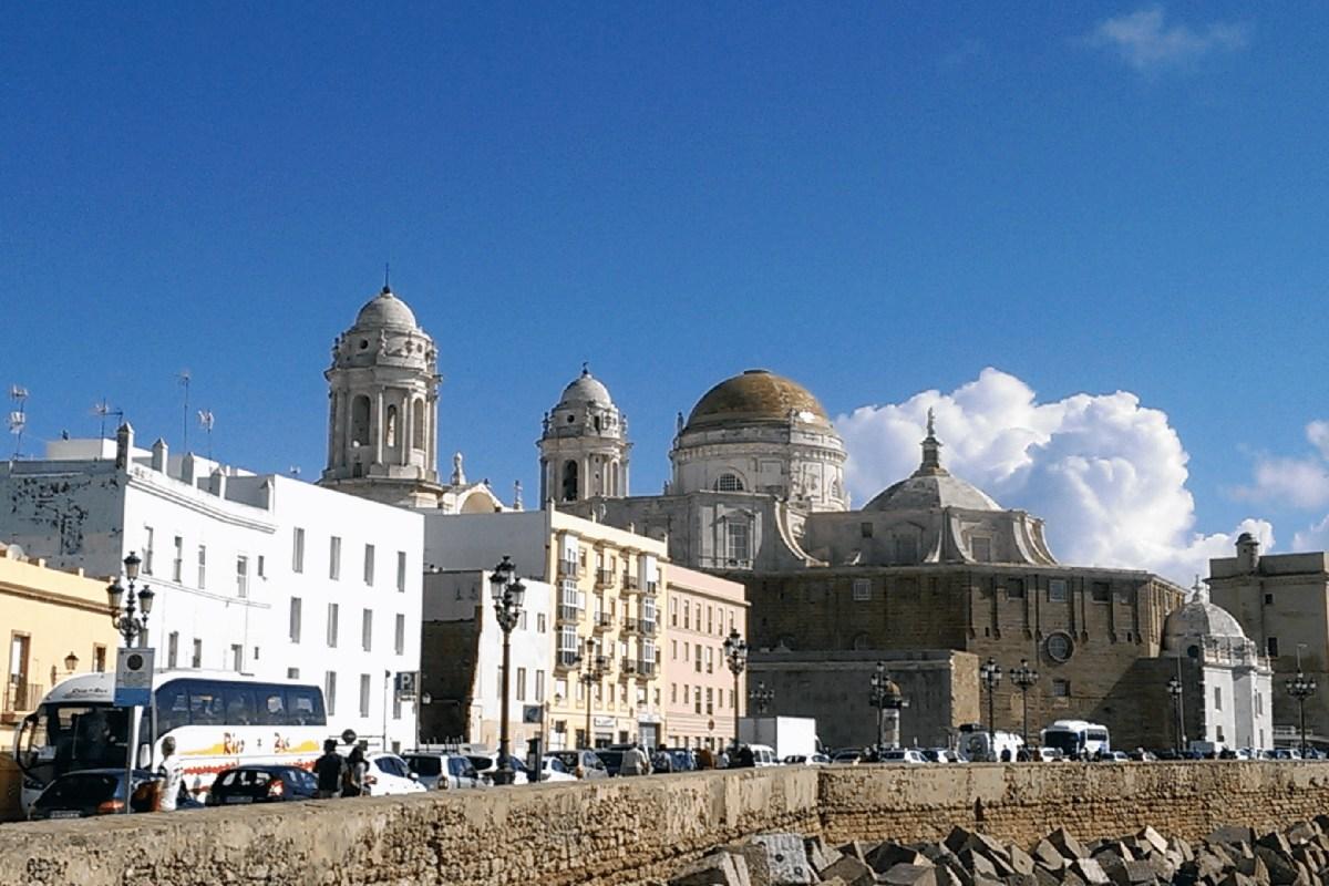 Hafen und Kathedrale von Cádiz