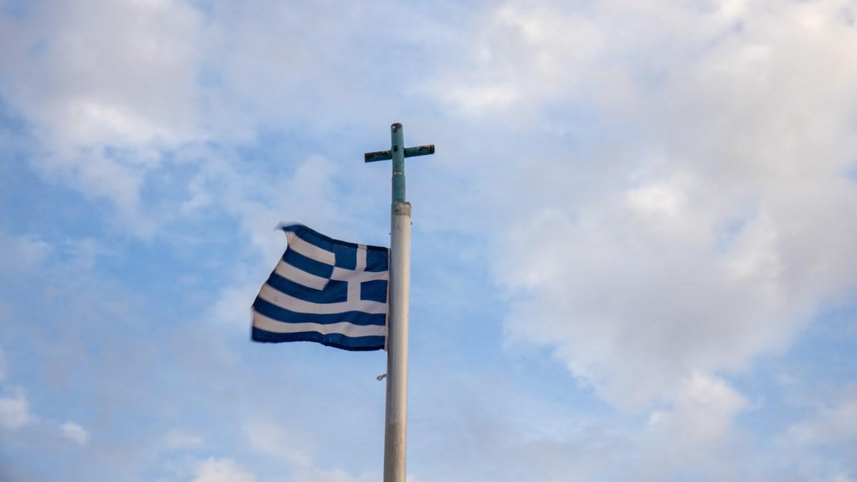 Griechenlandflagge und Kreuz der griechisch-orthodoxen Kirche