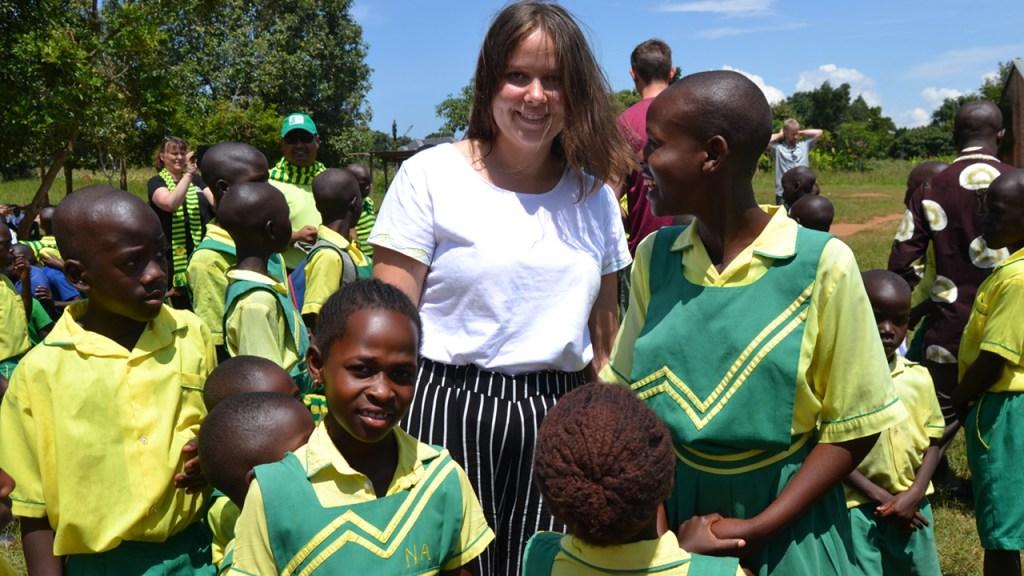 Anna, dottern till en av våra kunder med barnen från en Child Africa-skola vid ekvatorn. 180703
