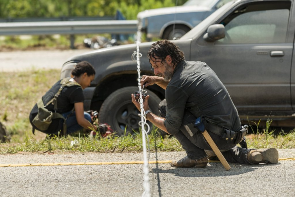 the walking dead season 7 episode 9 rick and crew disarming bombs