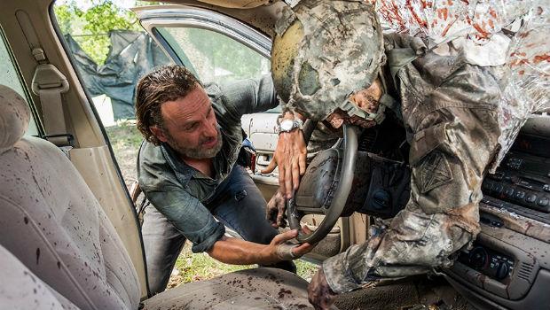 The Walking Dead: Season 7, episode 12: Say Yes - Rick & Car Army Walker