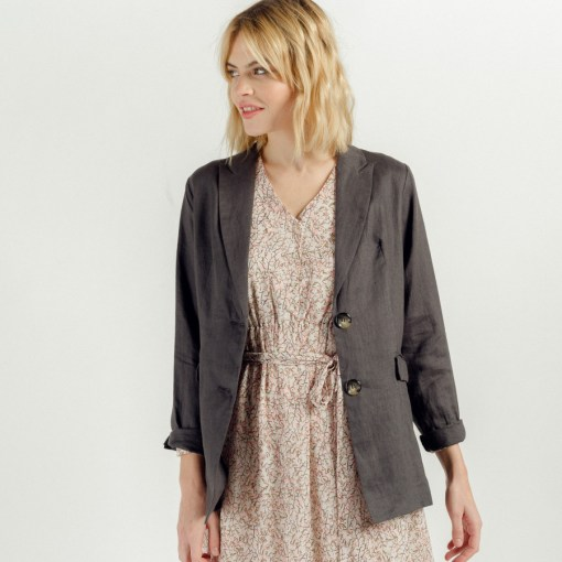 Veste blazer en lin mi-longue couleur gris carbone. Marque Art love.