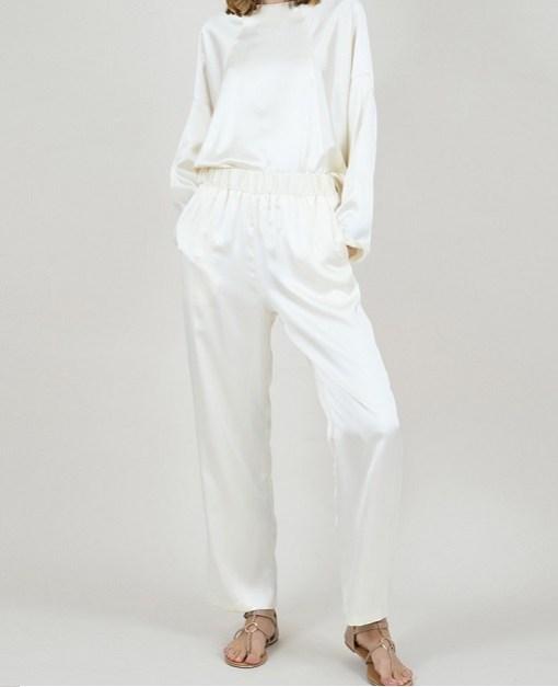 Pantalon fluide en satin couleur crème par Molly Bracken.