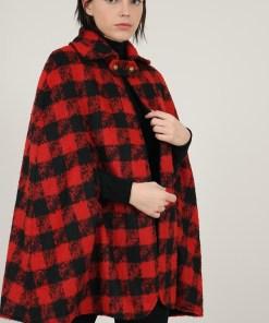 Cape à carreaux rouge et noir.