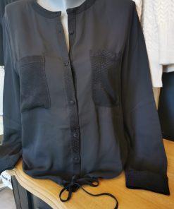 Chemise noire en voile.