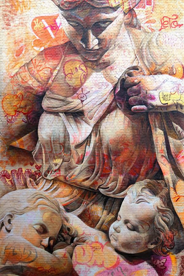 Les fresques murales de Pichi & Avo statue de femme avec deux enfants