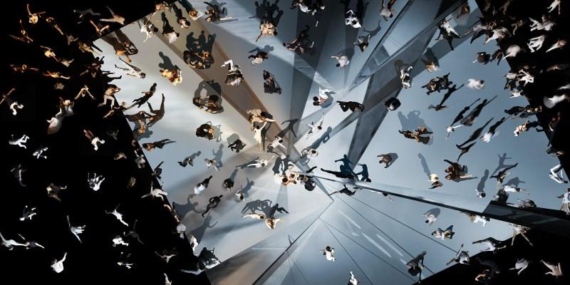 Les photographies de Marcus Lyon montrent le monde à travers deux notions : les populations de masse et l'individu.