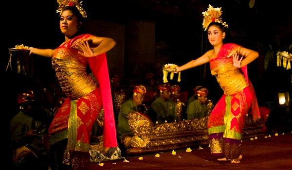 バリ舞踊鑑賞とディナー、インドネシア料理又はロブスターディナーを楽しめるツアー