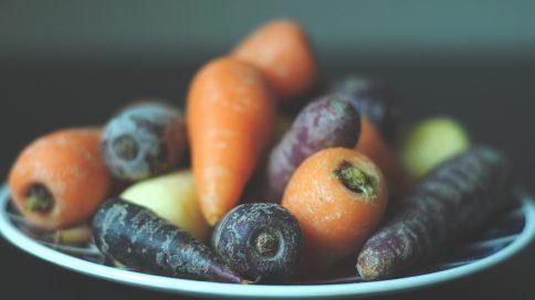 Farblich unterschiedliche Karotten auf einem Teller