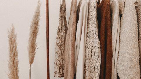 Kleidung auf Bügeln