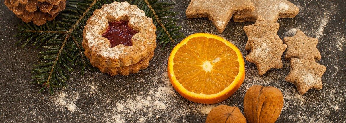 Weihnachtskekse, eine Orangenscheibe, drei Walnüsse