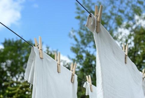 Weiße Wäsche aufgehängt zum Trocknen