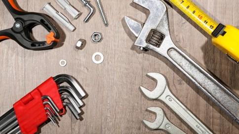 Verschiedene Werkzeuge auf einer Arbeitsplatte