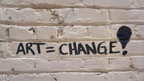 Art is Change auf Wand geschrieben