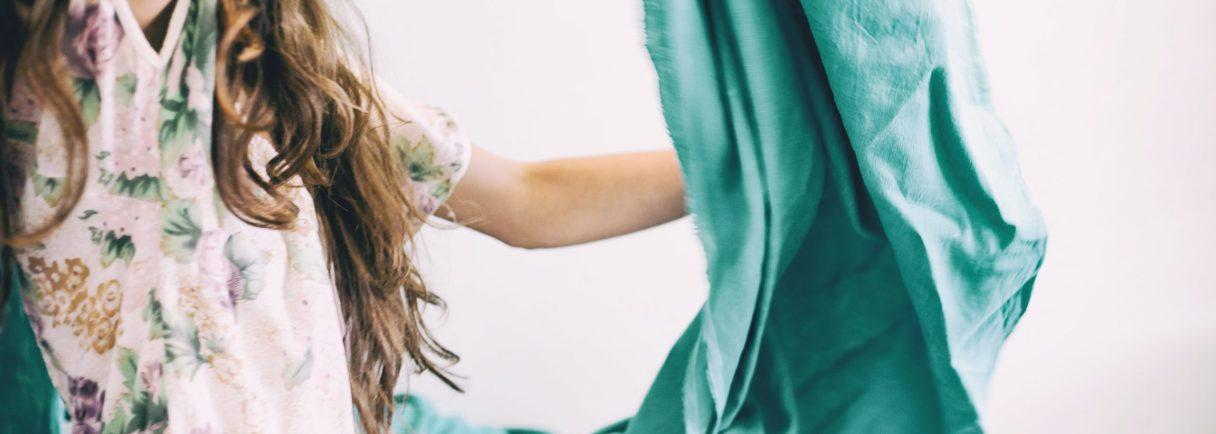 Frau mit Tuch in der Hand