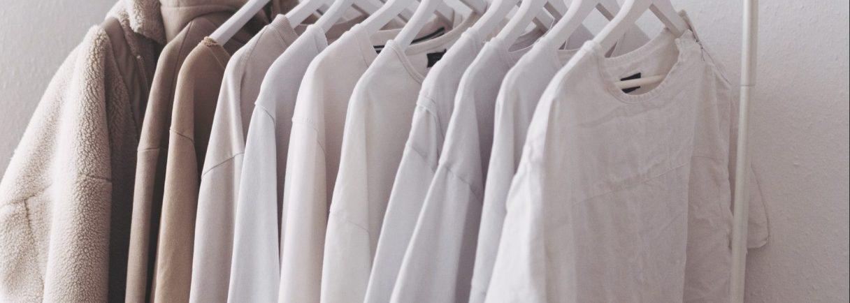 Kleiderstange mit heller Kleidung
