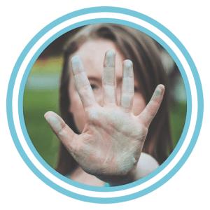 vrouw met op de voorgrond een hand die stop aangeeft