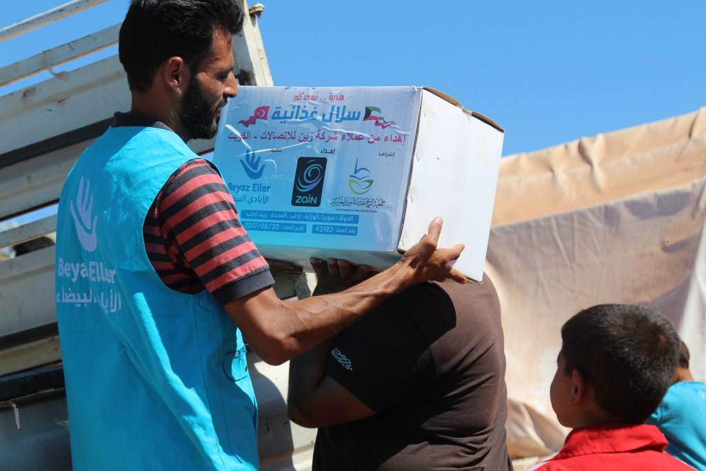 توزيع سلة رمضان بدعم شركة زين
