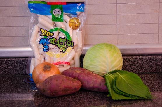 Rice cakes, sweet potato, cabbage, perilla leaves are important ingredients to make Dak-galbi