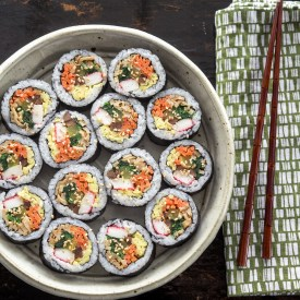 Kimbap slices are arranged in circle in a round dish