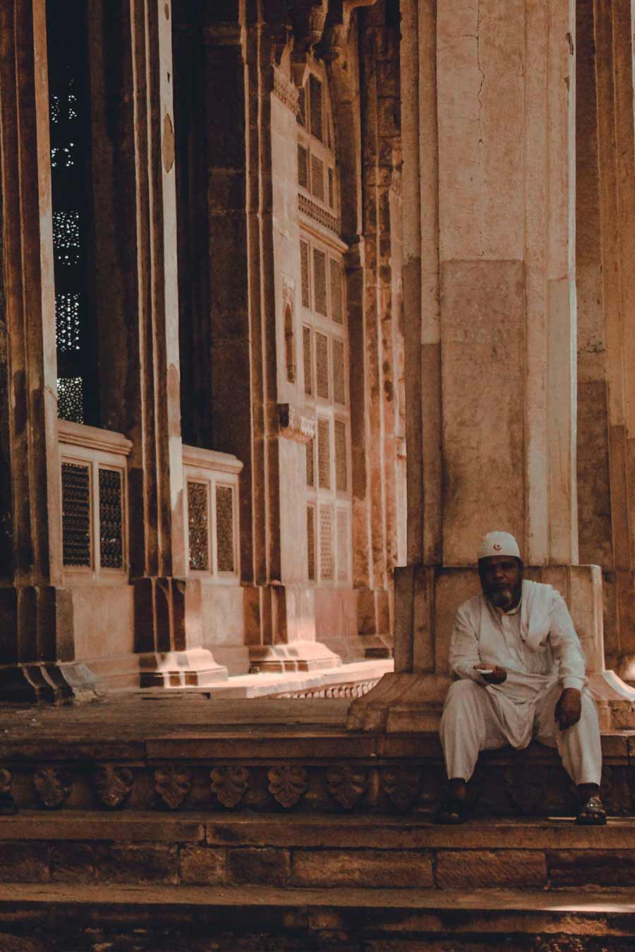 man-city-in-front-of-a-mosque-in-Gwalior-India