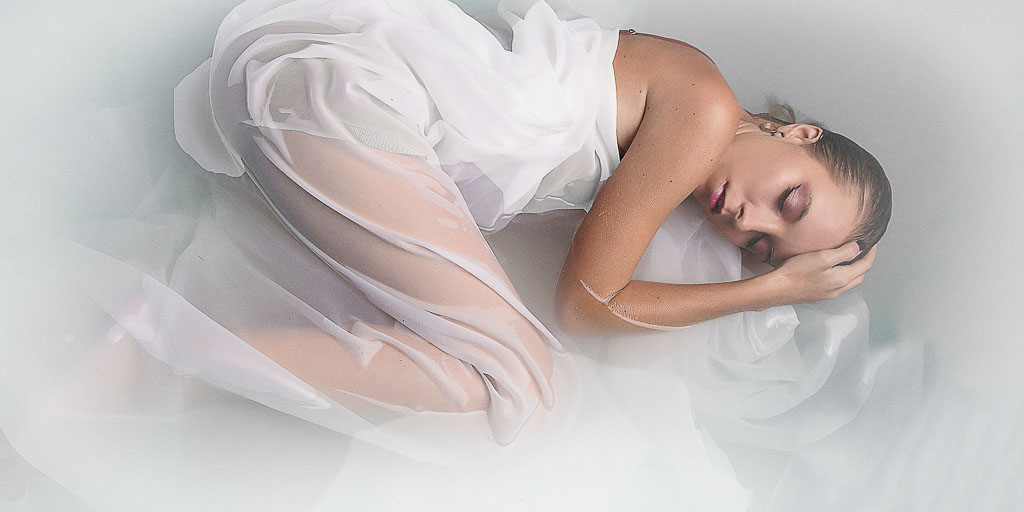 Hawaii Boudoir-Glamour woman in white sheet in water