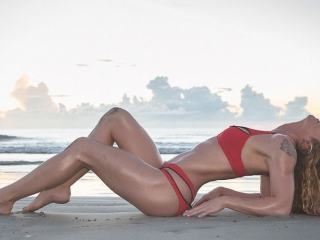 Hawaii Boudoir-Glamour fitness portrait red bikini on beach